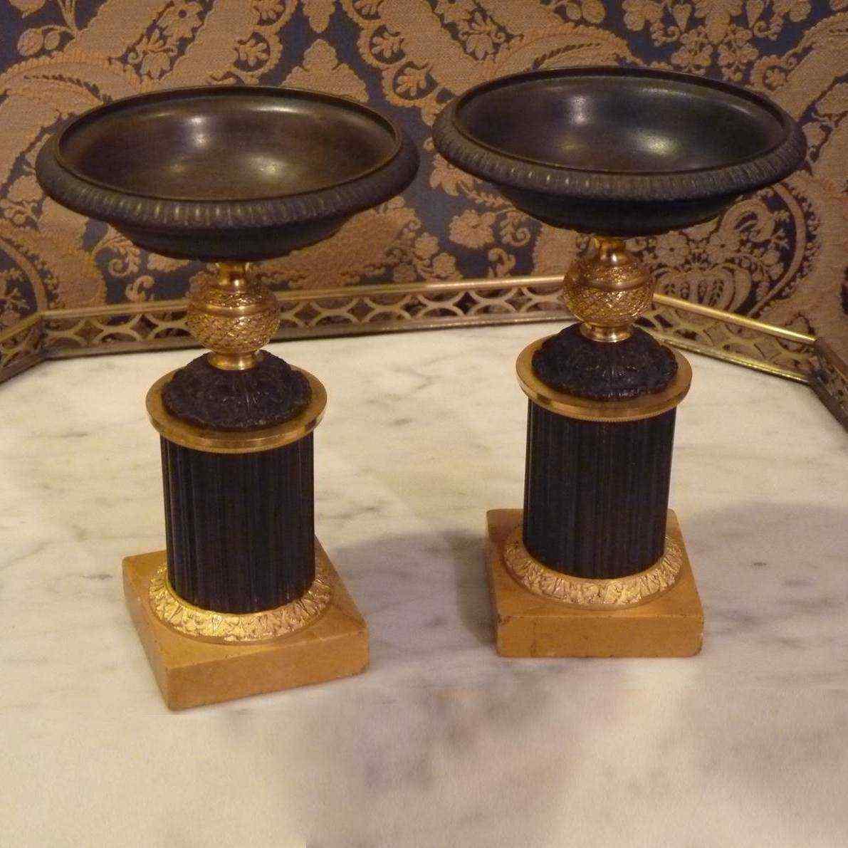 Coppia di coppe in bronzo e marmo d'epoca Restaurazione