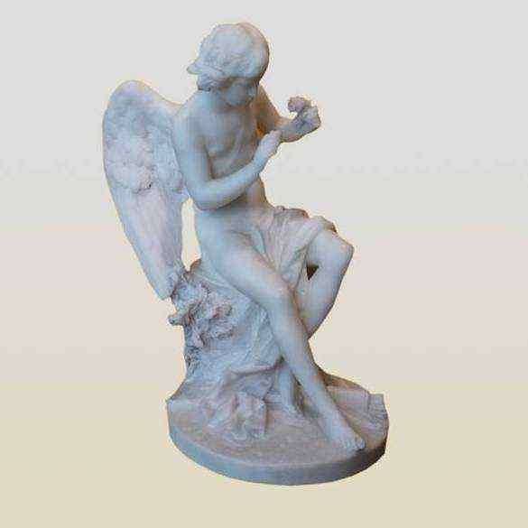 Angelo con rose, scultura in marmo di Carrara