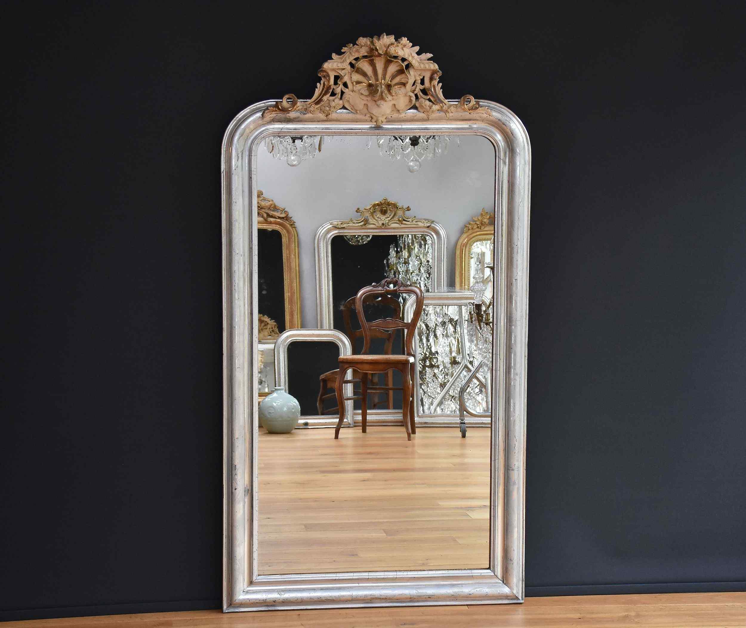 Grande 19 c. Specchio francese con una cresta, foglia d'arge