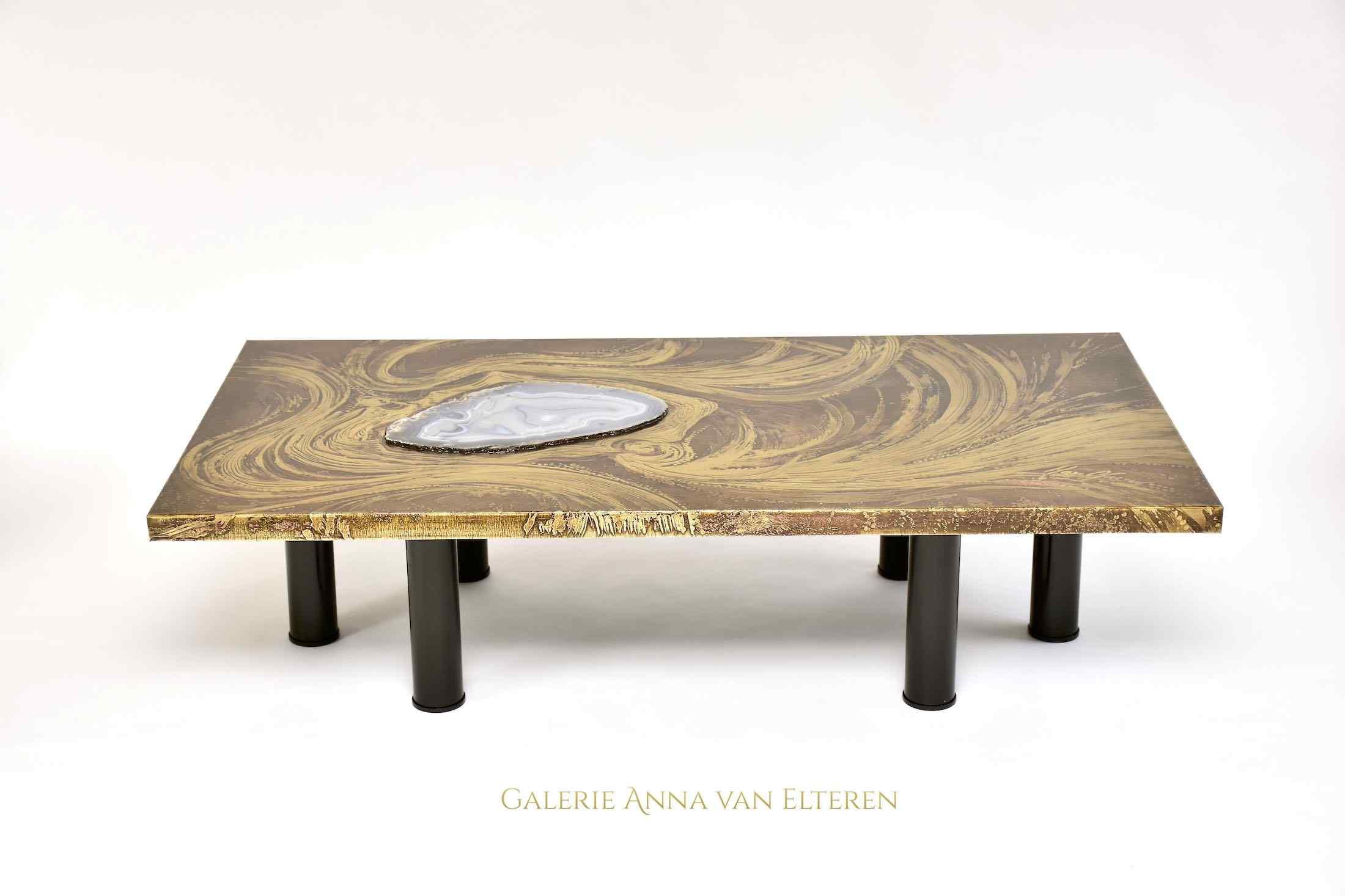 Splendido tavolino in ottone inciso di Marc D'Haenens