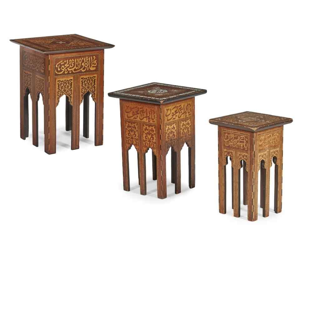 Antico set di 3 tavoli occasionali intarsiati con madreperla