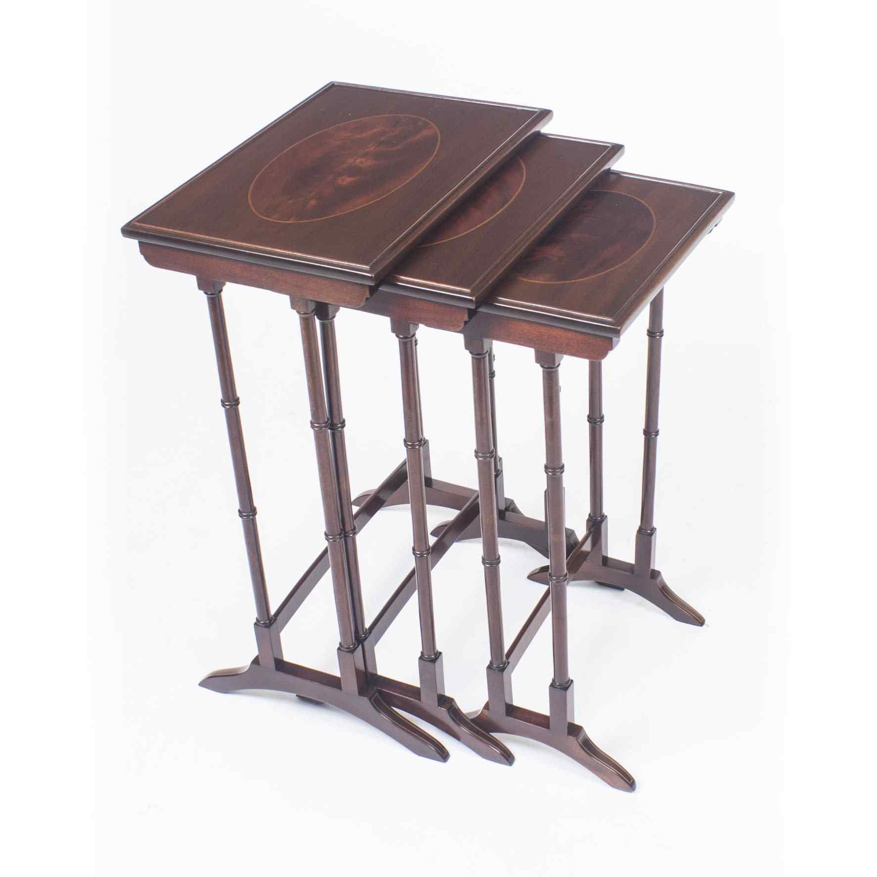 Antico nido vittoriano in mogano intarsiato con 3 tavoli c.1