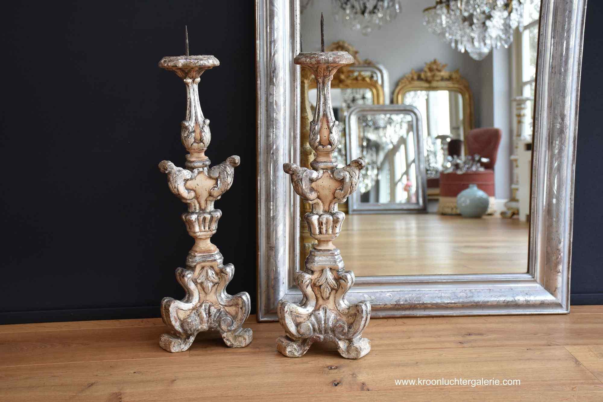 Une paire de 19e s. bougeoirs italiens sculptés et dorés