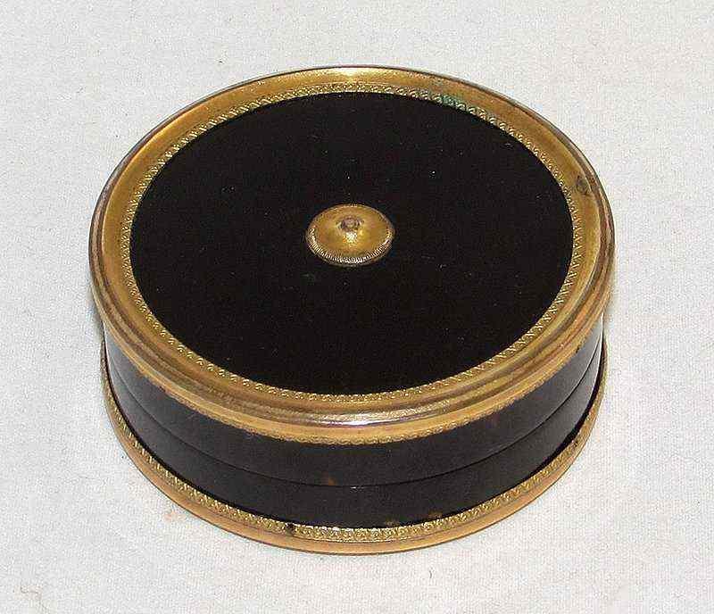 Tabacchiera in tartaruga e bronzo dorato