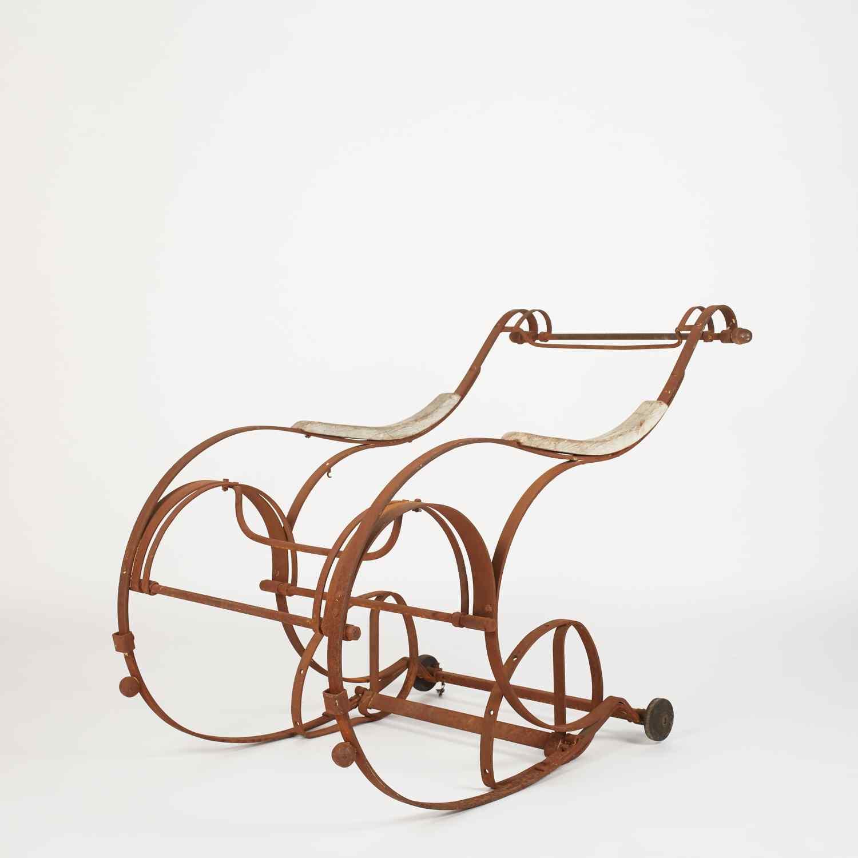 Sedia a dondolo in ferro battuto del XIX secolo