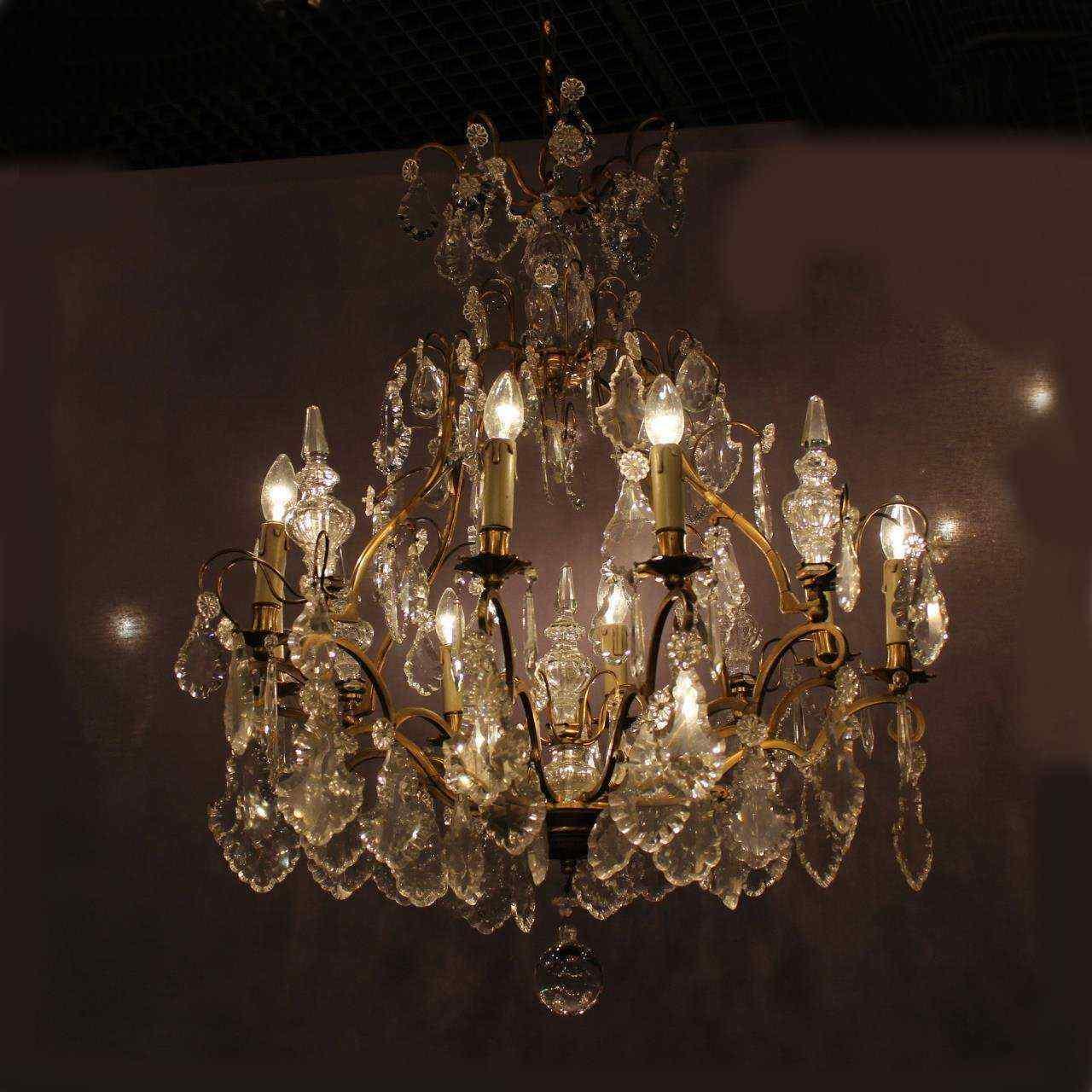 Antico lampadario di cristallo e bronzo