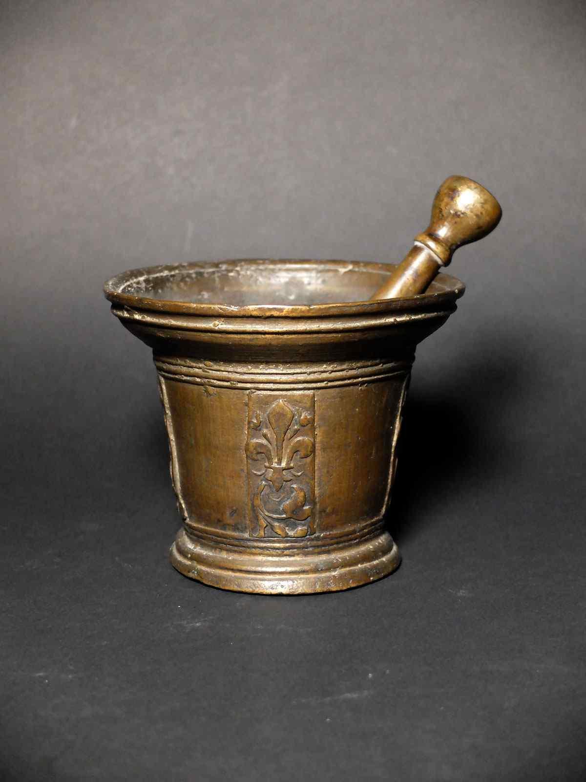 Fleurdelysé mortar and pestle - France XVIIth century