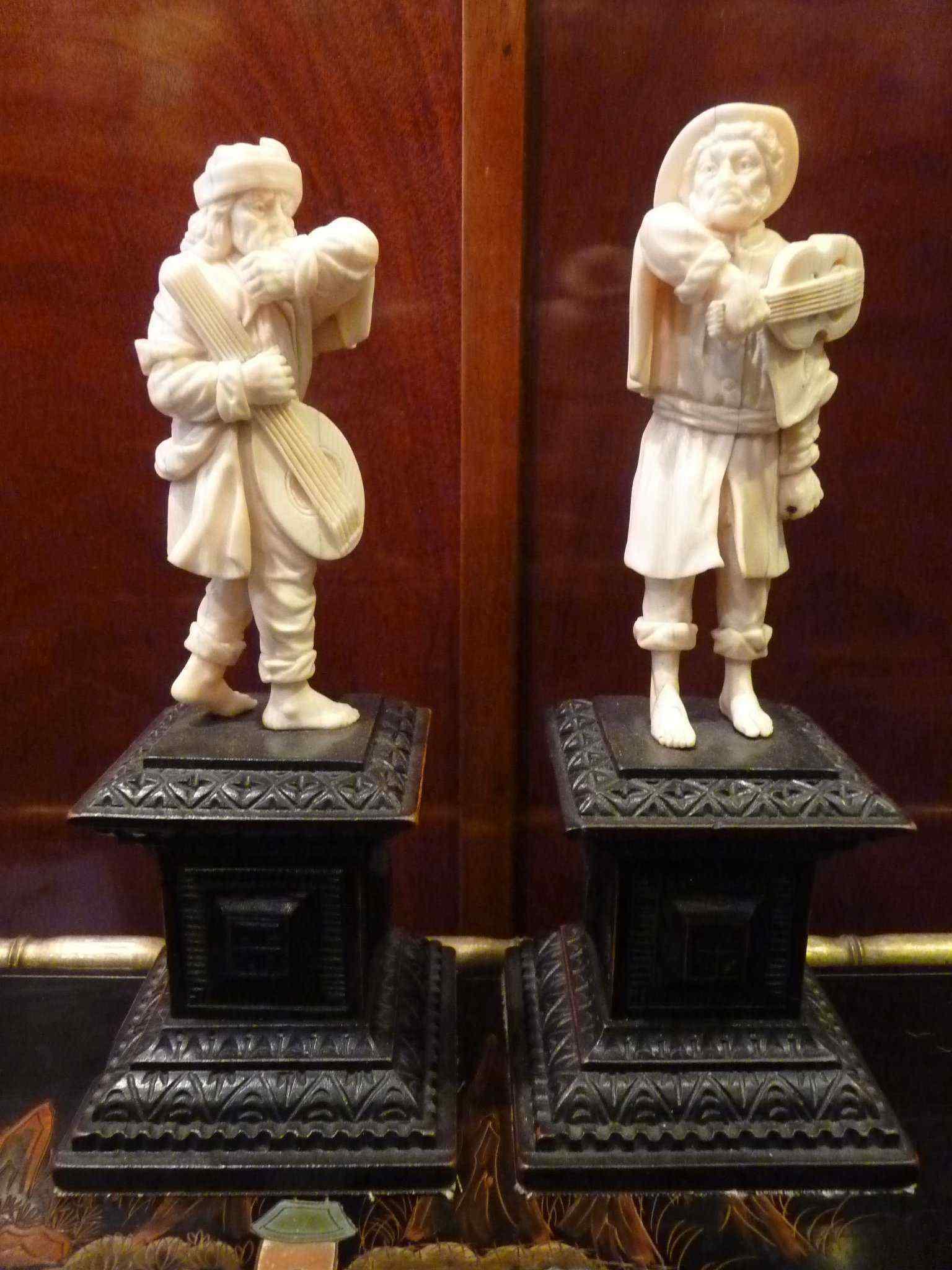 Coppia di statue in avorio, 1700, i musicisti