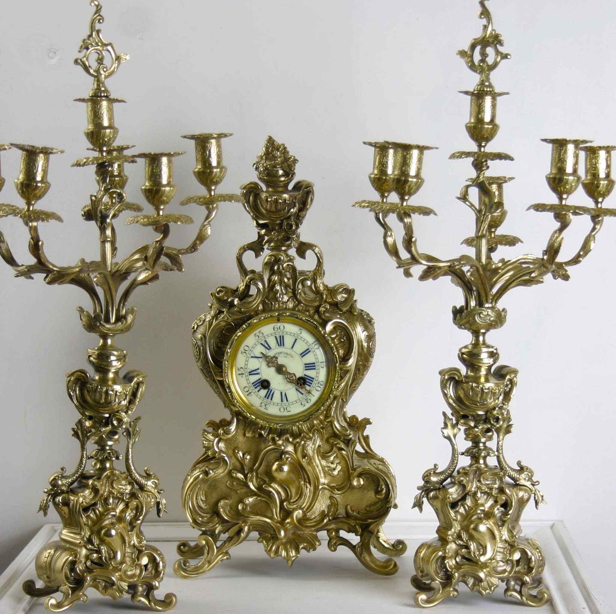 Orologio e coppia di candelieri, bronzo