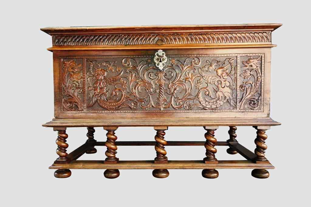 Cassone scolpito da parata, XVII secolo