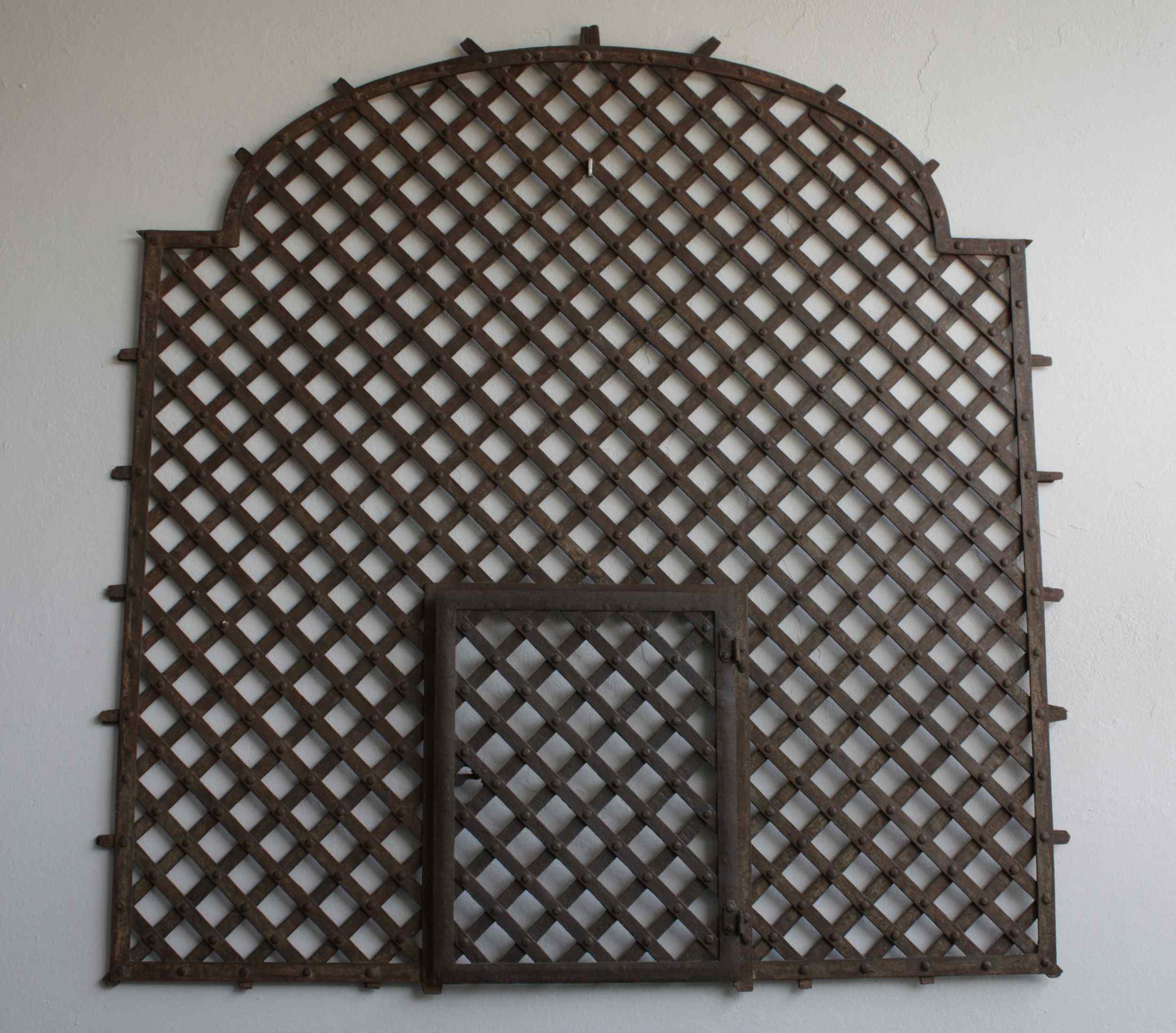 Antica grata in ferro del XVII secolo