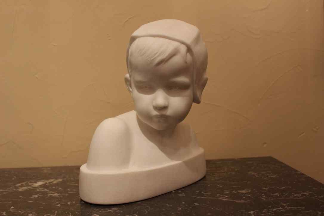 Busto in marmo raffigurante un Bambino
