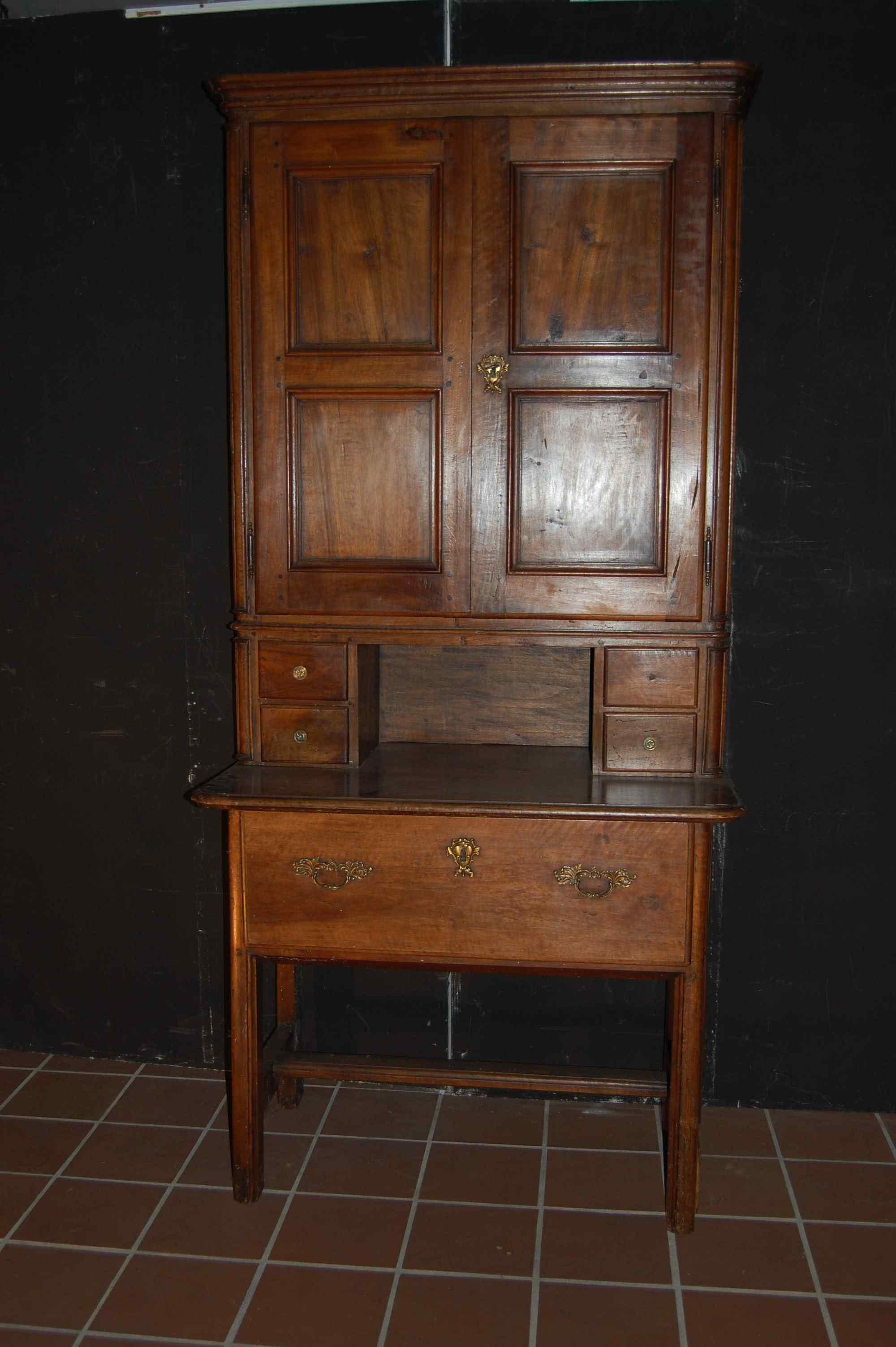 mobile doppiocorpo in noce Piemonte XVIII secolo