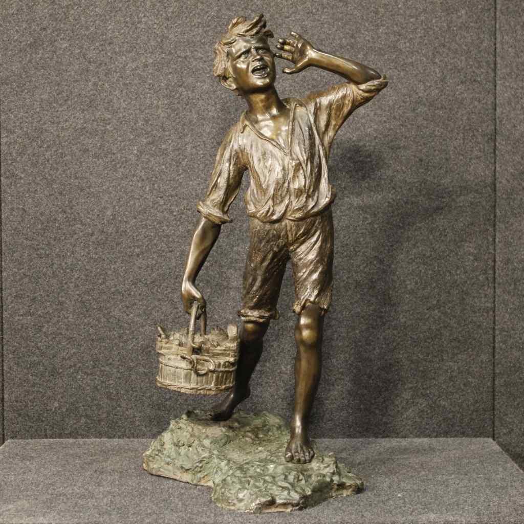 Sculpture napolitaine signée en bronze Vendeur de poissons