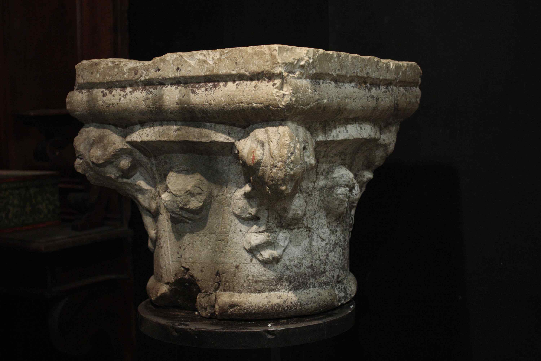 Capitello in pietra Botticino sec. XV