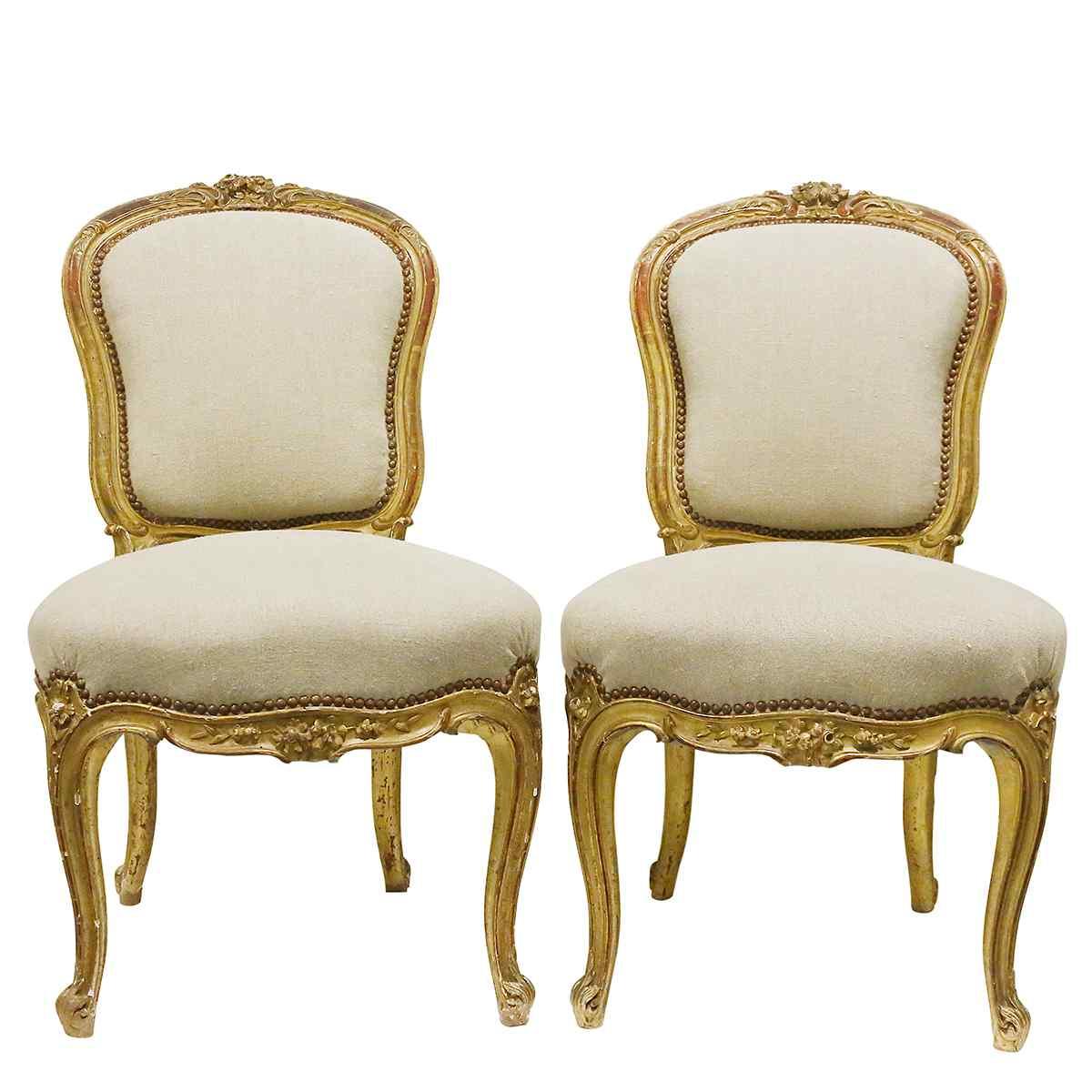 Una coppia di sedie stile Louis XV
