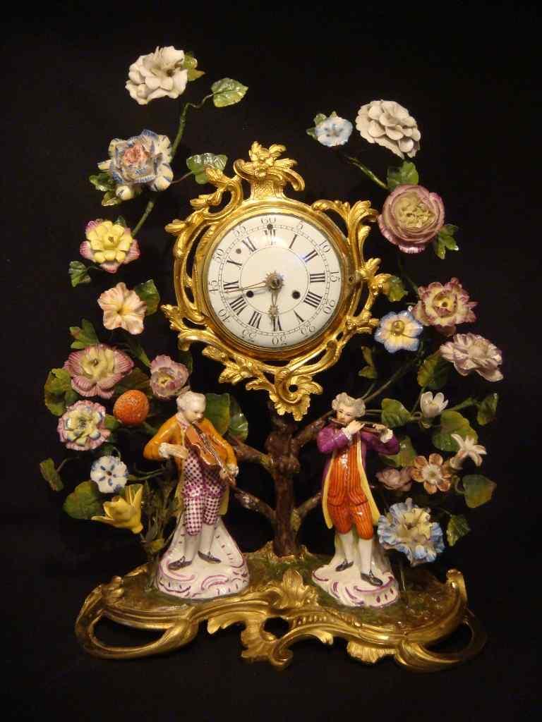Pendule Louis XV aux fleurs de porcelaine