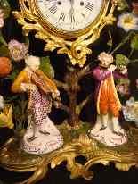 Pendule Louis XV aux fleurs de porcelaine-1