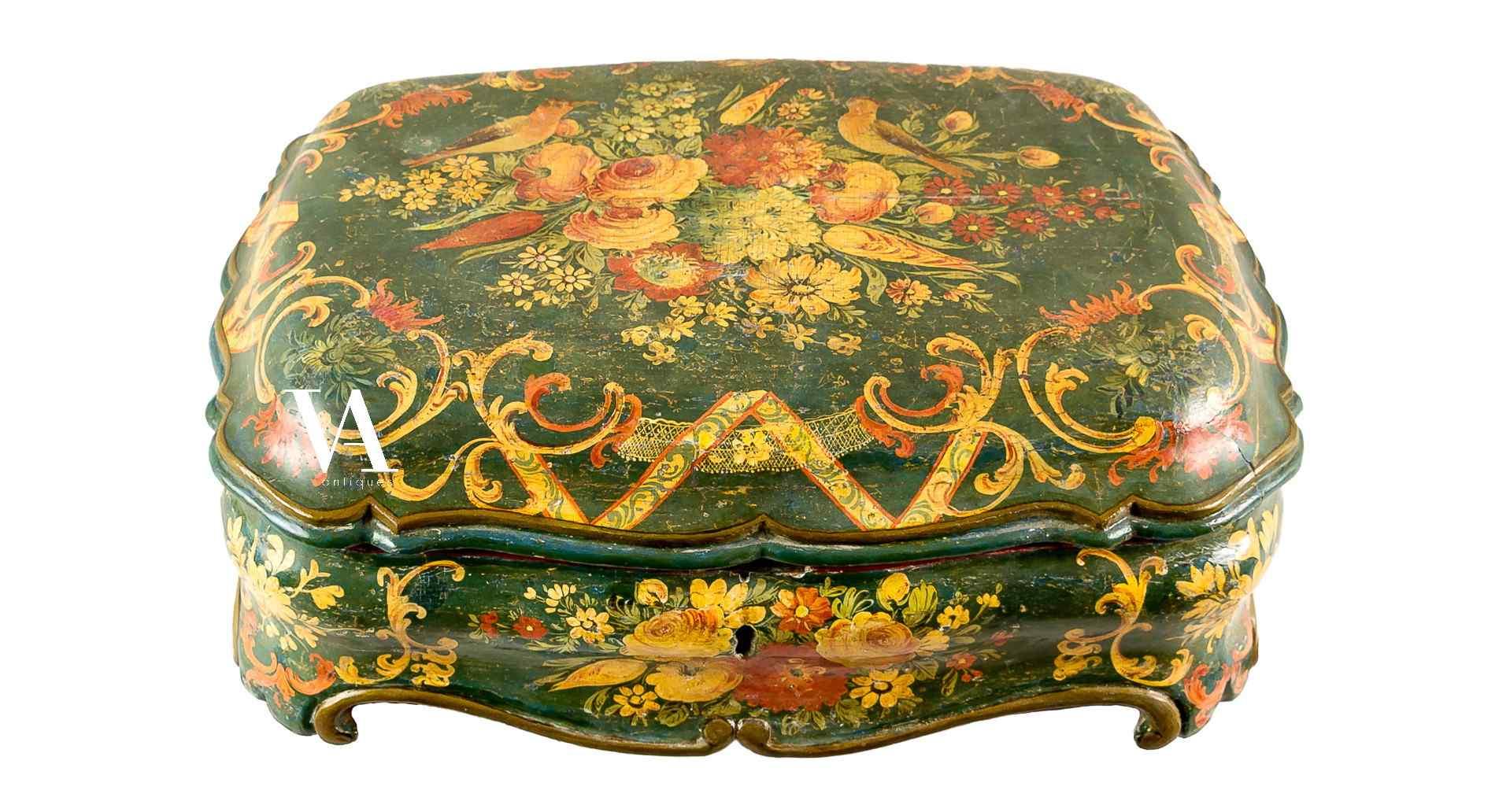 boîte à bijoux en forme. Venise XVIII siècle.