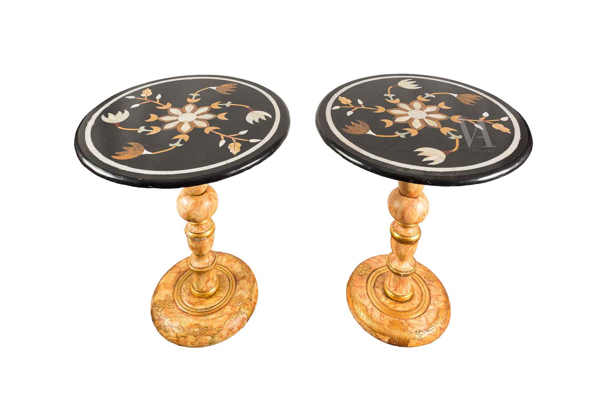 Coppia di tavolini  in marmo intarsiato in policromia. XIX