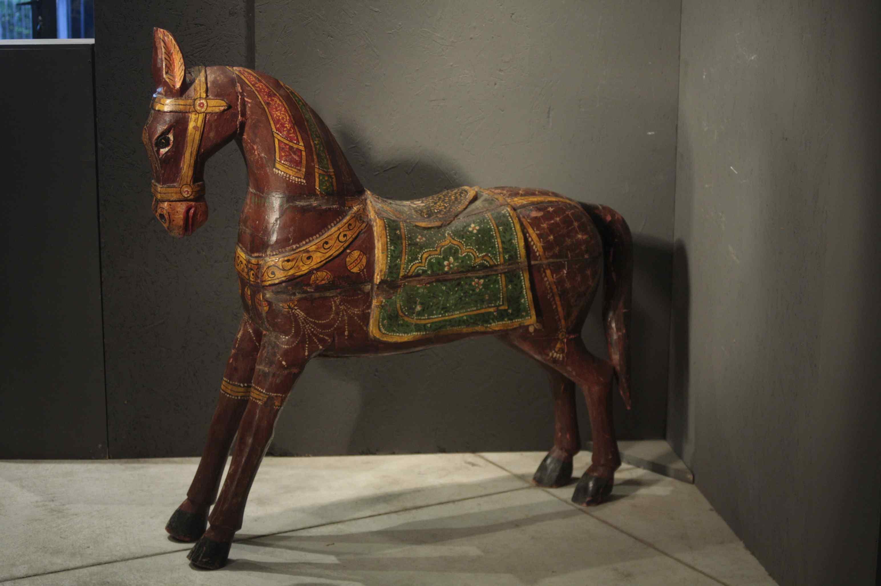 sculpture cheval en bois peint