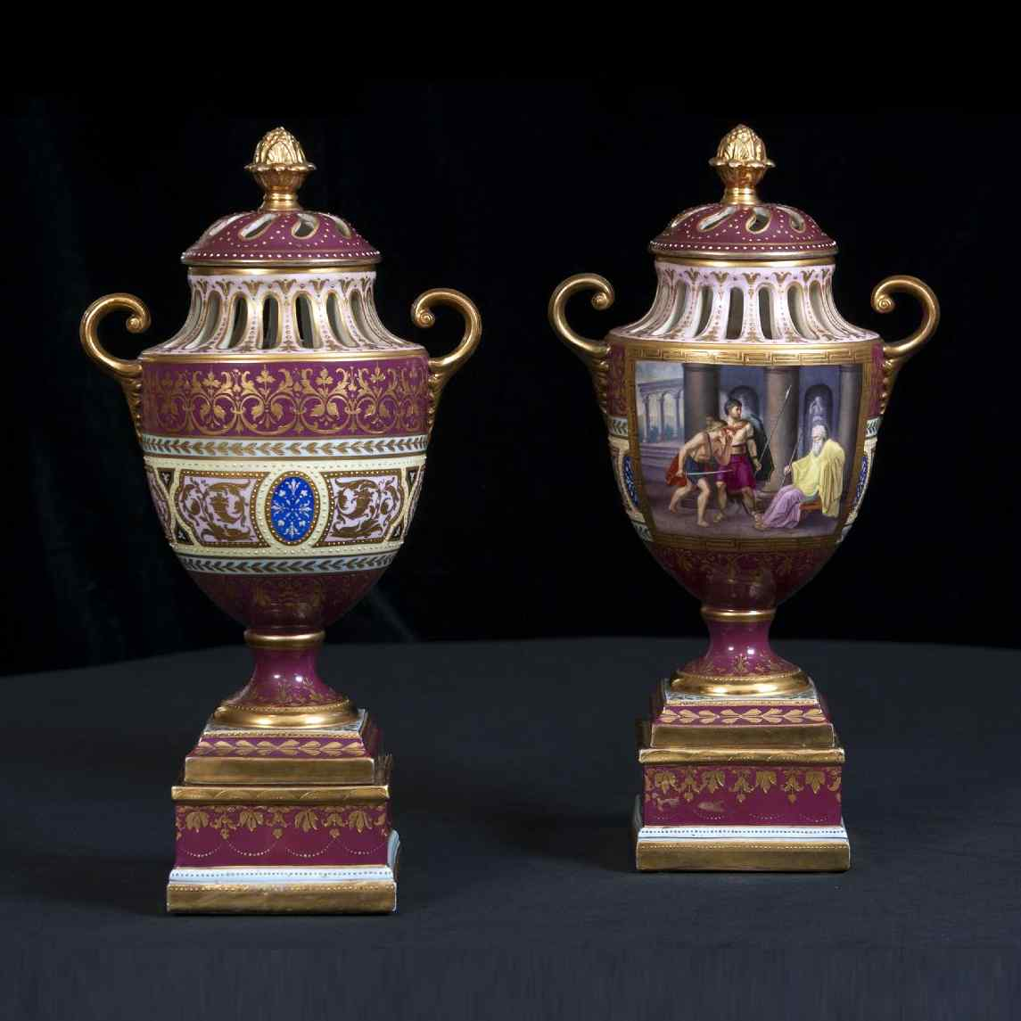 Пара изготовления девятнадцатого века вазы Вены рано