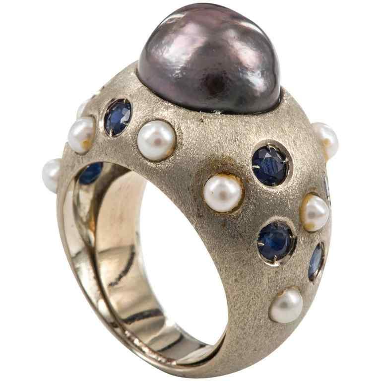 Anello vintage in oro bianco satinato, perla nera e zaffiri